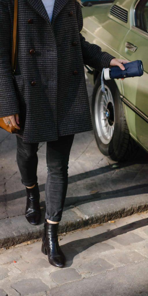 Parapluie-femme-bleu-nuit-devant-voiture-Anatole