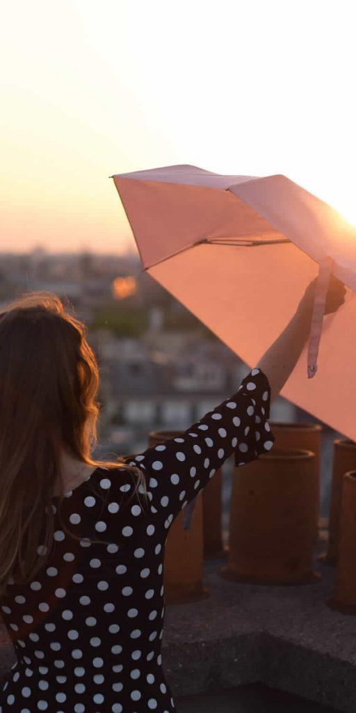 Parapluie femme rose couché soleil Paris