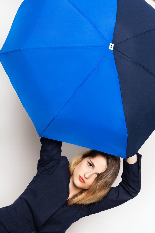Parapluie bicolore bleu Anatole ouvert - portrait