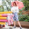 Parapluie rose ouvert porté femme - Anatole
