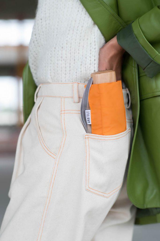 Mini parapluie orange Antaole dans poche jeans blanc avec coutures oranges - mini parapluie Anatole