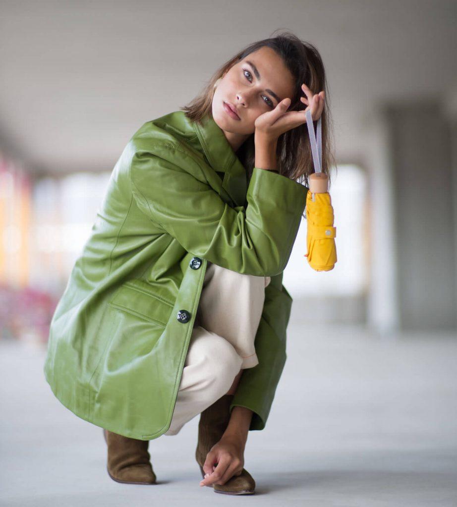 Mini parapluie pliant jaune porté par modèle femme - parapluie solide Anatol